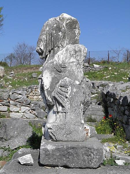 File:Statue in the Forum, Philippi (7272568116).jpg