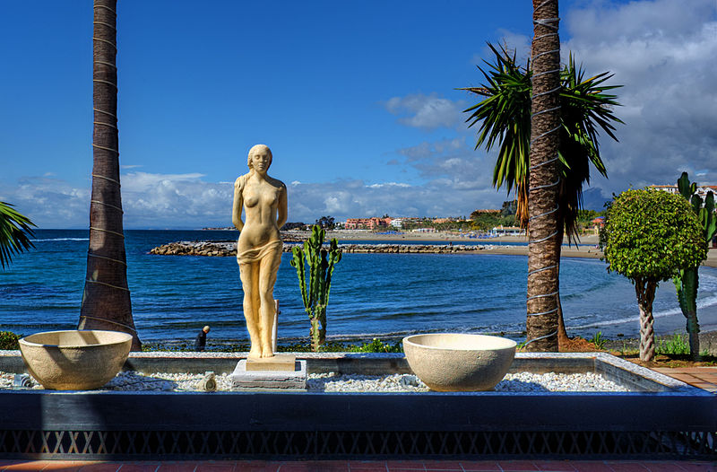 Statue on the seafront (13868869104).jpg