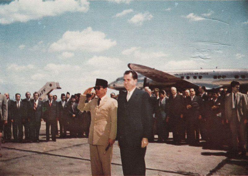 File:Sukarno and Richard Nixon after disembarking, Presiden Soekarno di Amerika Serikat, p9.jpg