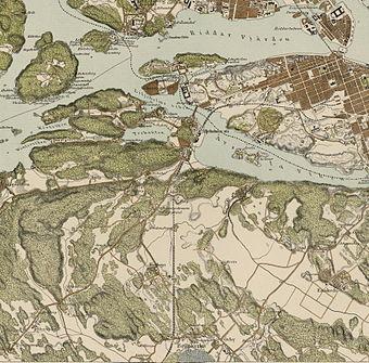Stockholm fra sydvest fra 1000 meters forhøjet i året 1898.   Den hvide linie er Södertälje-vægen.   Det lyse område i forgrunden til venstre er landbrugslandskaber omkring dagens Midsommarkransen.   Mod Årstavigen ligger ligesom i dag et skovbælte.   Den store landmasse i baggrunden er Södermalm.   Sammenlign med modsvarende, den samtidige kortbillede til højre.   Ballonfoto af Oscar Halldin 1898, kort af Topografisk corpsen 1861.