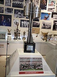 A taça do Campeonato Brasileiro de 2010, exposta na sala de troféus do Fluminense, no Estádio das Laranjeiras.