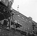 Takelen van een vrachtwagen Mercedes Benz type L op de kade bij rederij Damco i…, Bestanddeelnr 254-1186.jpg