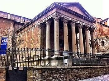 Vista del templo romano de Vic