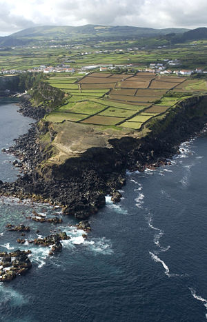 Lajes (Praia da Vitória) - A portion of the north-eastern coastline of Lajes, showing rural nature and rugged rock cliffs