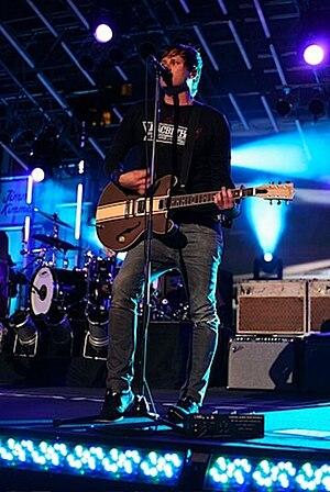 Tom Delonge on Jimmy Kimmel with Blink 182 09.jpg