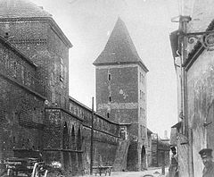 Toruń - ulica Fosa Staromiejska z istniejącymi do około 1889 roku Bramą Chełmińską i odcinkiem murów miejskich (fot. Wikipedia)
