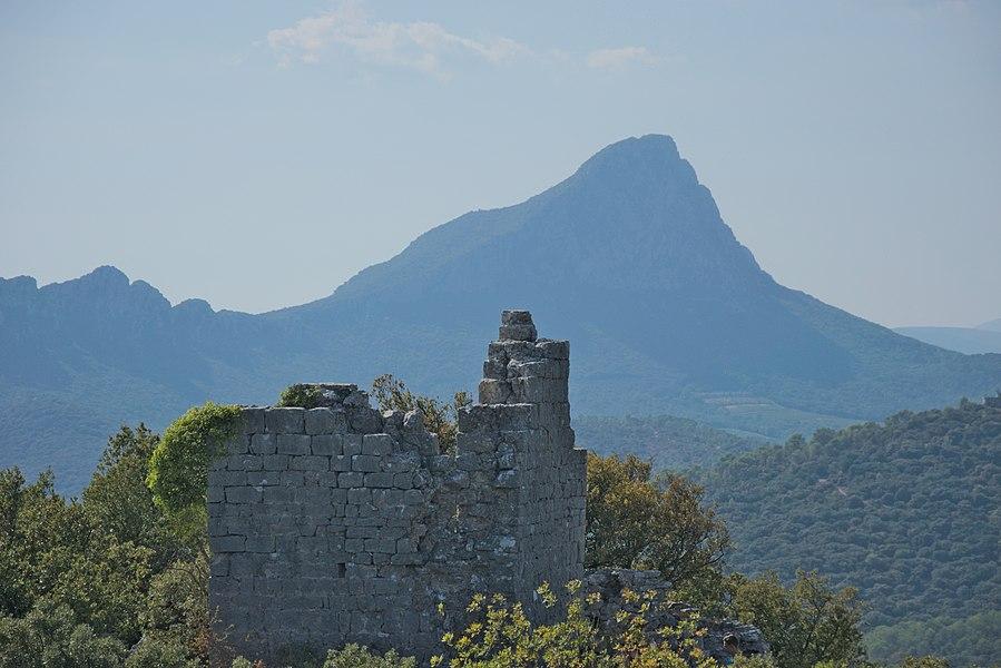 Constructions wisigothiques situées sur les hauteurs de la commune de Valflaunès, les Tours de Salles dateraient du VIIème siècle ( selon l'archéologue Jean Arnal ).