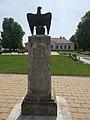 Trianoni emlékmű és a műemlék községháza, 2019 Heves.jpg