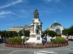 photographie montrant le monument des Trois Sièges avec vue sur la statue du colonel Denfert-Rochereau