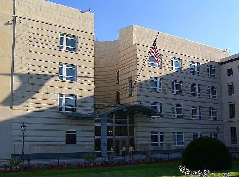 Die US-amerikanische Botschaft am Pariser Platz. Bild: wikimedia.org/CC BY-SA 3.0/ Times