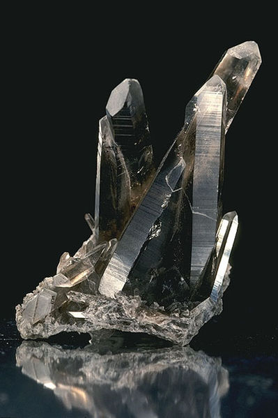 Archivo:USDA Mineral Smokey Quartz 93v3949.jpg