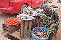 Une vendeuse de tomate et d'oignon à Aboisso 02.jpg