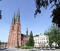 Uppsala domkyrka med Dekanhuset.jpg
