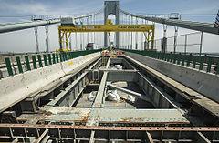 Trabajadores reconstruyendo el piso superior del puente