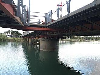 Victoria Bridge, Townsville - Image: Victoria Bridge, Townsville below the swinging span