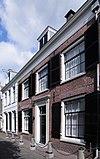 foto van Fraai breed huis met rechte kroonlijst, brede ramen