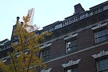 Detail der Spitze des Hauses mit 111 West 57th Street im Hintergrund
