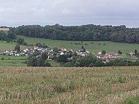 Warnécourt (Ardennes) vue du village.JPG