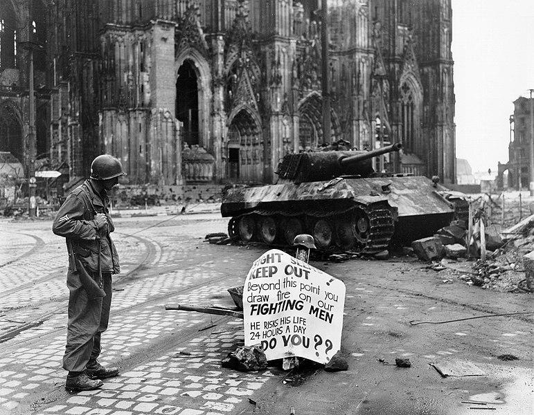 Amerykański żołnierz i zniszczony czołg Panther przed katedrą w Kolonii, 4 kwietnia 1945 r.