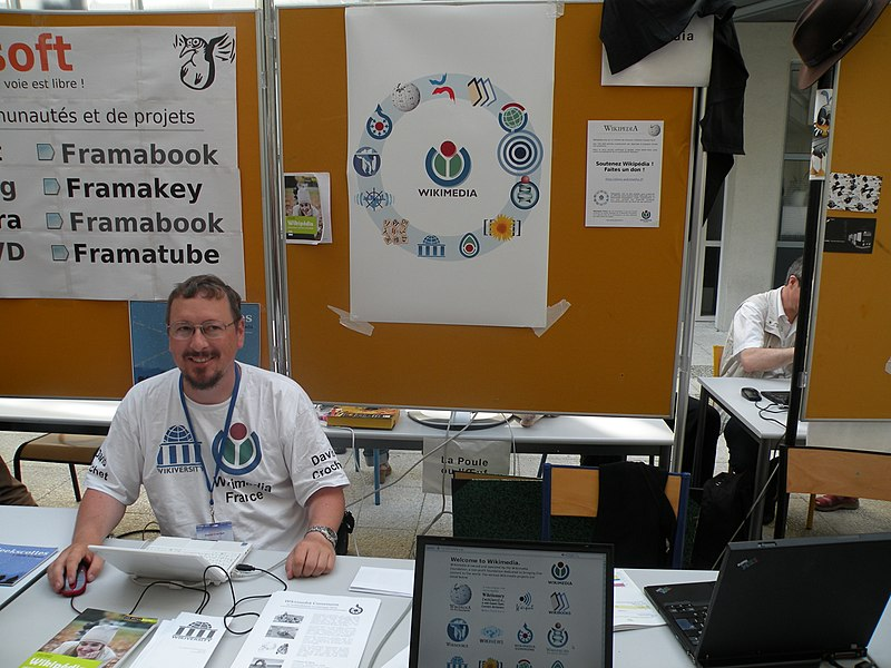 Wikimedia France stand during the Rencontres mondiales du logiciel libre (Libre Software Meeting) in Nantes, July 2009.