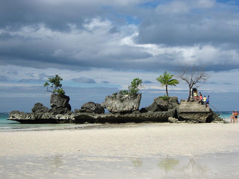 Arquivo: Rock de Willy em Boracay em baixa tide.jpg