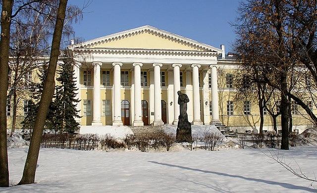 Здесь родился Ф.М.Достоевский. Мариинская больница для бедных с перенесённым в 1936 году памятником писателю, созданным С.Д.Меркуровым