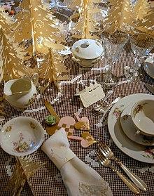 Coperto natalizio con segnaposto e decorazioni natalizie