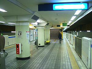 Yokohama-municipal-subway-B14-Yoshinocho-station-platform.jpg
