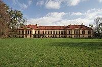 Zámek v Heřmanově Městci z parku.JPG