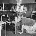 Zesde Danlon Dames Schaaktoernooi. Meisje aait hond tijdens schaakwedstrijd, Bestanddeelnr 913-0220.jpg