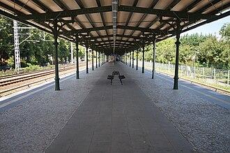 Zeuthen station - Image: Zeuthener Bahnhof auf Bahnsteig zu Gleisen 3 und 4 1.8.2012