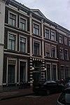 foto van Huis met lijstgevel met stucversieringen
