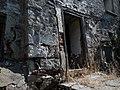 Είσοδος εγκαταλελειμένου κτίσματος 2.jpg