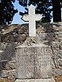 Један од гробова у порти цркве Св. Пантелејмона у Клинцима на Луштици.jpg