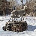 Скульптурная группа из оленихи и олененка.jpg