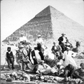 אדולף פרידמן על גמל ליד הפירמידות בתוך אלבום מסע של אדולף פרידמן לארץ ישראל ב-19-PHAL-1619988.png