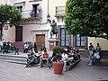 세르반테스 동상 앞의 학생들 Guanajuato Mexico - panoramio.jpg