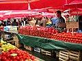086 Mercat de Dolac (Zagreb), parades de fruita i verdura.jpg