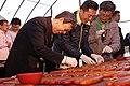 12.09 副總統與新竹市長林智堅於「新竹香山大庄烏魚養殖場」一同手做烏魚子 (31381750672).jpg