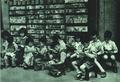 195109 1951年上海连环画出版业联合书店便利店前儿童.png