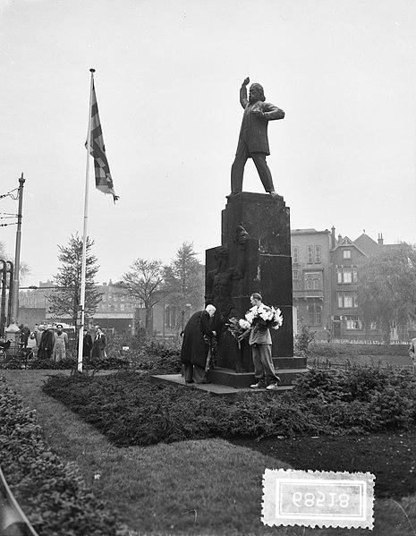 File:33ste sterfdag Domela Nieuwenhuis , kranslegging, Bestanddeelnr 906-8518.jpg