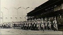 Eine Gruppe von Soldaten marschiert in einer Streckensaule