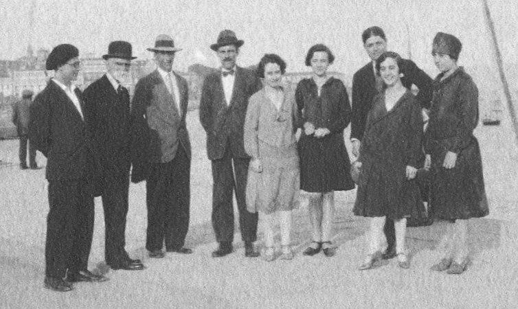 A. Villar Ponte na Coruña, en 1927, con Álvaro Cebreiro, Bernardino Machado e as fillas deste.