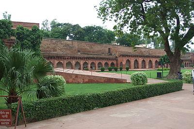 Agra-Fort-gardens-105.JPG