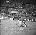 Ajax tegen Benfica 2-1, Schrijvers in duel met Benfica keeper Costa Pereira, Bestanddeelnr 917-7446.jpg