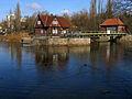 Aller in Celle, Blickrichtung Alter Bremer Weg, von links Großes festes Überfallwehr, Aller-Nordarm, 1937-39 erbautes Walzenwerk mit Schleusenwärterhaus und Maschinenhaus, denkmalgeschützt.jpg