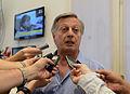Aranguren hablando con la prensa.jpg