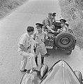 Automobilist en lid van de verkeerspolitie in gesprek tijdens een controle langs, Bestanddeelnr 255-1214.jpg