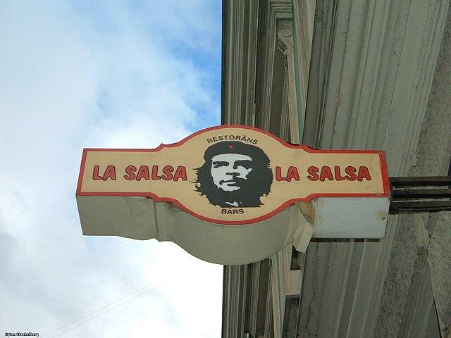Че Гевара на вывеске ресторана в Риге