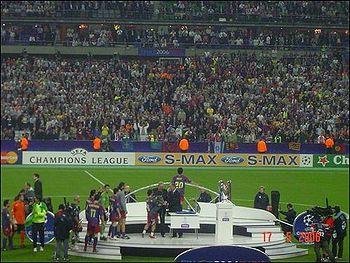 Lojtarët e Barcelonës duke marrë medalionet pas fitores kundër ekipit anglez Arsenal në Finalen e Ligës së Kampionëve në vitin 2006.